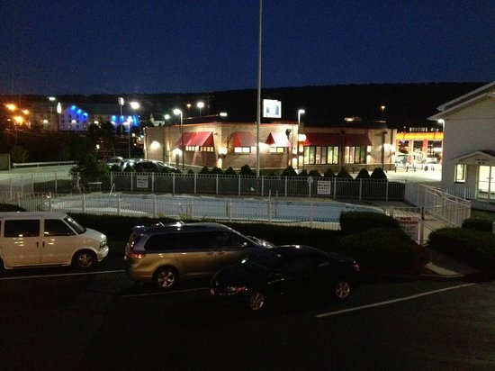 Days Inn Breezewood: Hey, look!  Sheetz!  Hope it's not busy all night long!