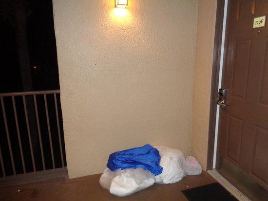 Liki Tiki Village : Fundas con la ropa de cama sucia y desperdicios sacados de la habitacion. Permanecieron por 3 di