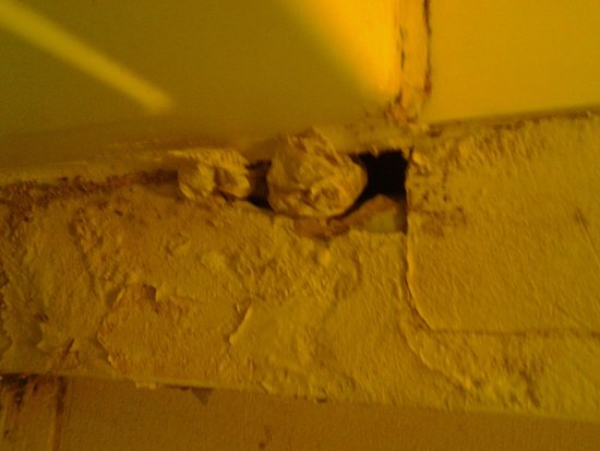 Knights Inn Amarillo Airport: hole in wall with dirty toilet paper shoved in