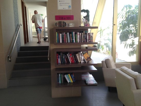 Hotel Sir Anthony: Book stand in reception area