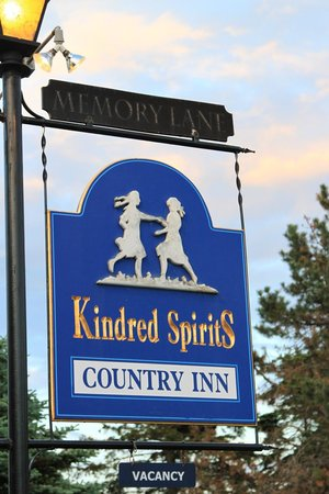 Kindred Spirits Country Inn & Cottages: Entry to Kindred Spriits Country Inn.  Cavendish, PEI