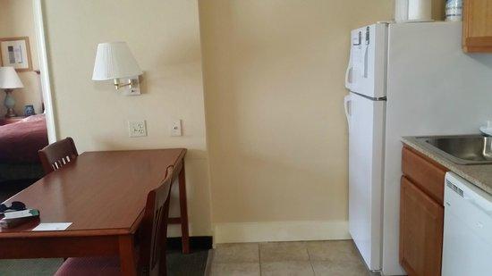 Homewood Suites Tallahassee : Kitchen area