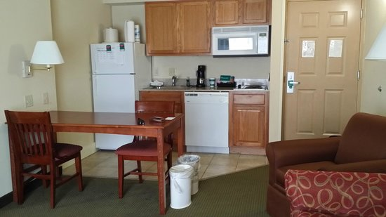 Homewood Suites Tallahassee: Another look at kitchen area