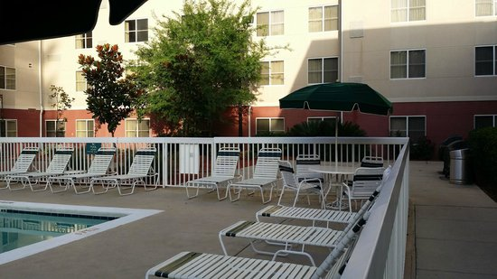 Homewood Suites Tallahassee: Pool lounging area