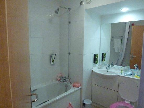 Premier Inn Manchester Central Hotel: bathroom