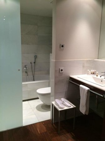 Hospes Amerigo : Spacious Bathroom Area