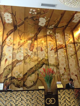 Golden Silk Boutique Hotel: Hotel lobby with beautiful walls