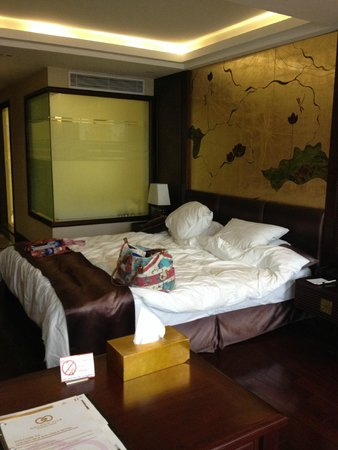 Golden Silk Boutique Hotel: Our room, behind the glass is bathing area.