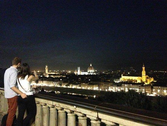 Piazzale Michelangelo: フィレンツェの夜景を一望