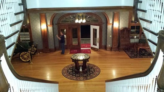 Stanley Hotel: Front doors to hotel lobby
