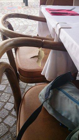 Chez Jerome Creperie: Toutes les chaises (ou presque) sont dans cet état !