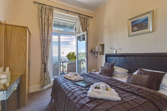 The Downs, Babbacombe: Our room 4, on the 1st floor with smaller en-suite shower room.