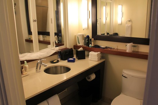 Sheraton Waikiki: Bathroom with window closed
