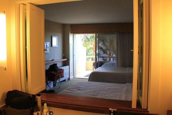 Sheraton Waikiki : Bathroom opens up.