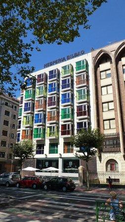 Hesperia Bilbao: La facciata vista dalla passeggiata sul fiume..