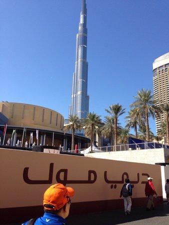 The Dubai Mall : Entrata al Dubai Mall con vista del Burj Khalifa