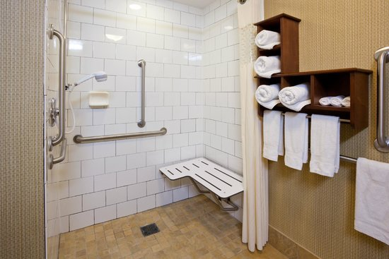 Hampton Inn Duluth: Accessible roll-in showers also available