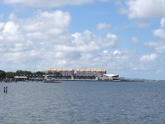 Best Western Plus Yacht Harbor Inn : View of hotel from local fishing pier