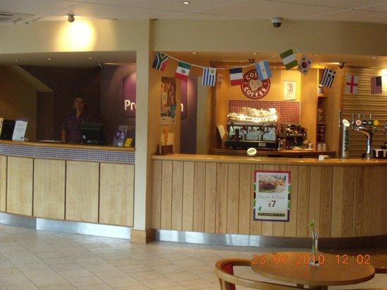 Premier Inn Stoke/Trentham Gardens Hotel: front desk