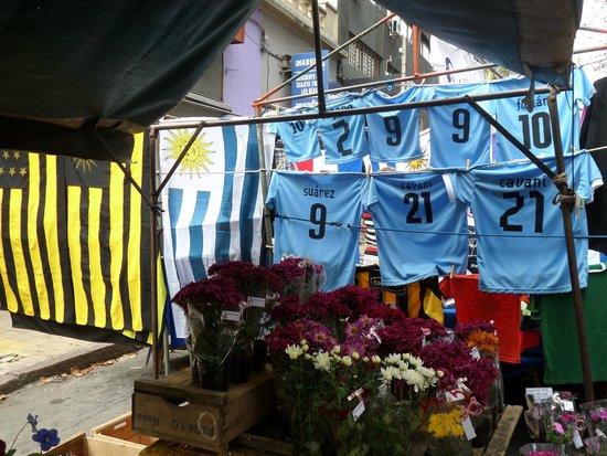Feria de Tristan Narvaja: Barraquinha com bandeiras e camisas