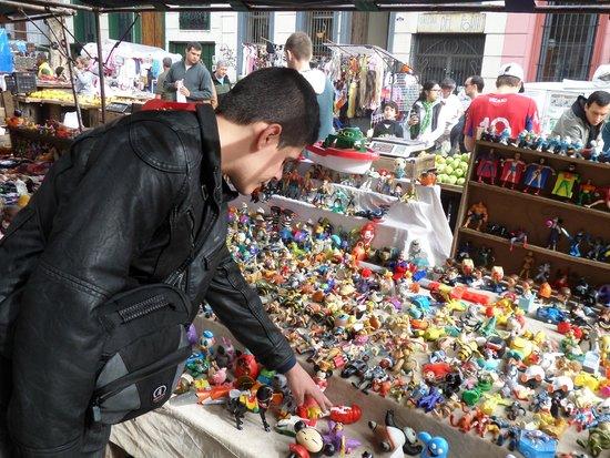 Feria de Tristan Narvaja: Barraquinha com brinquedos