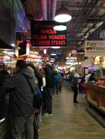 Reading Terminal Market: Os corredores parecem largos, mas ficam estreitos com o movimento ao meio dia