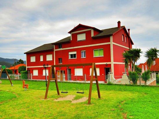 Apartamentos Naturmar: Edificio y parque infantil