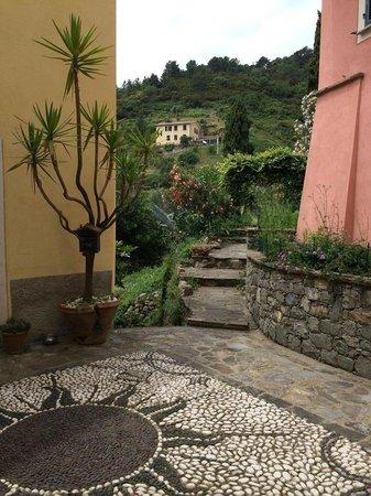 L'Antico Borgo: Courtyard entrance to the B&B
