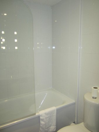 City Lodge: tub/shower