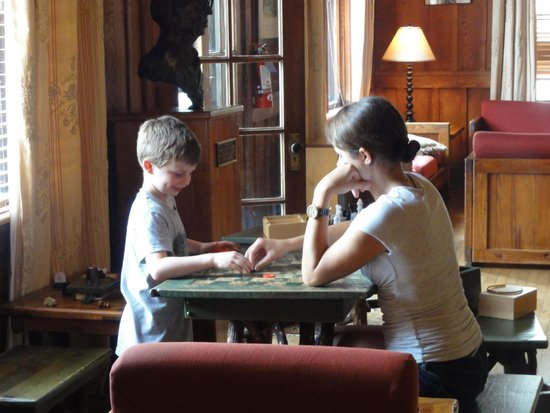 High Hampton Inn & Country Club: Cousins young and old enjoy playing games together in the lobby.