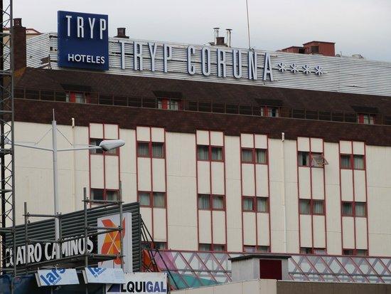 Tryp Coruna Hotel: Vista del hotel desde la estación de autobuses.