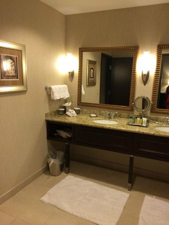 Hilton Dallas/Southlake Town Square : Executive suite bathroom