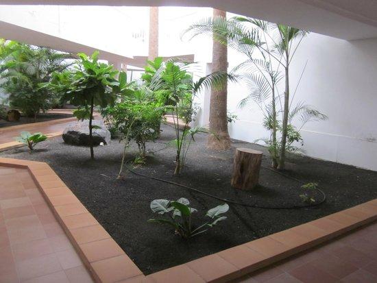 ClubHotel Riu Paraiso Lanzarote Resort: corridor outside our room
