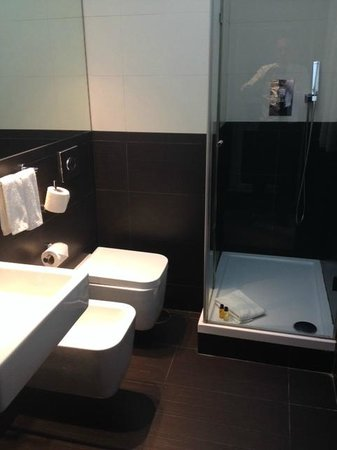 AVANI Avenida Liberdade Lisbon Hotel: use of toilet can be challenging for normal-sized adult