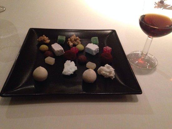 La Fabula: Petit Fours & Vino Dulce. Detalle del maître! Gracias por una cena perfecta