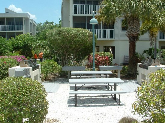 Shell Island Beach Club: BBQ area by building 11 and 12