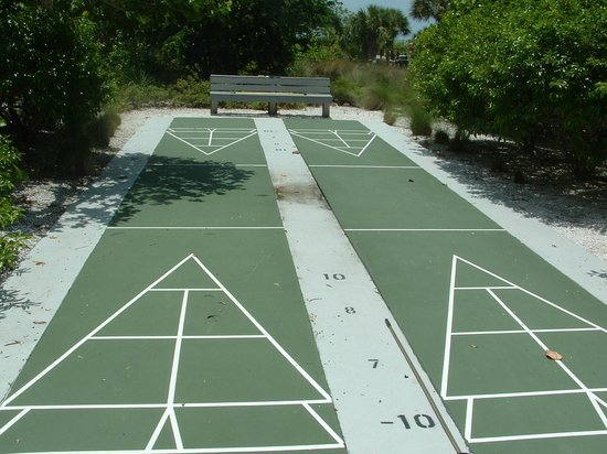 Shell Island Beach Club : Shuffel board court