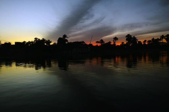 Steigenberger Nile Palace Luxor : View on the Valley of the kings shores at sunset
