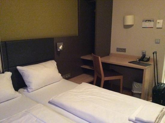 MEININGER Hotel Frankfurt/Main Messe: schreibtisch
