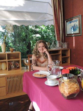 B&B Villa Adriana: Завтрак в милой столовой.