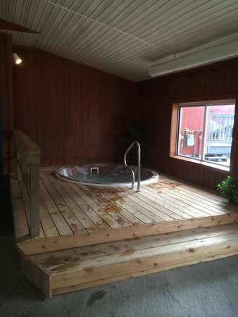 Cedar Hill Lodge: New clean huttub with new wood deck surrounding it
