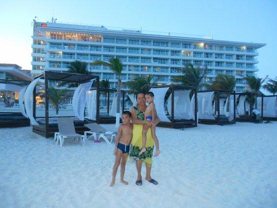 Krystal Cancun : La zona de la playa es muy cómoda! y este tipo de camas te dan cierta privacidad.