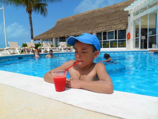 Krystal Cancun : A los niños les encantó el área de la alberca así como el Kid's Club