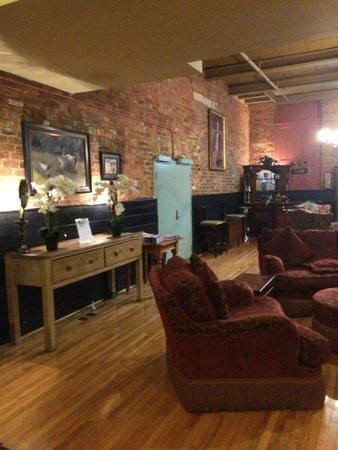 Brookstown Inn : nice lounge - chess table, computer desk, evening wine & cheese, cookies & milk