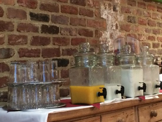Brookstown Inn: Juice, milk and almond milk with a lovely continental breakfast