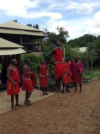 Olare Mara Kempinski Masai Mara: нас приветсвуют служащие лоджа