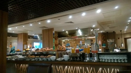Le Royal Tower Hotel: Breakfast area