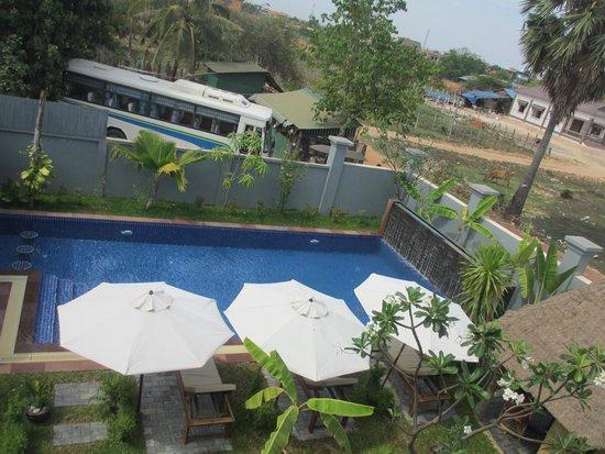 3 Monkeys Villa: pool area