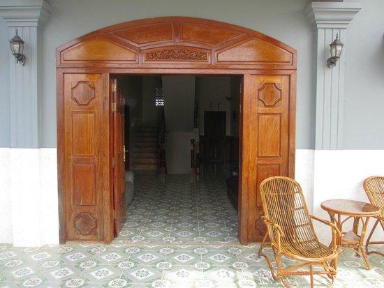 3 Monkeys Villa: entrance