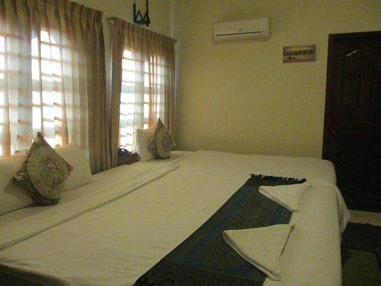 G Eleven Hotel: room with extra large bed :)